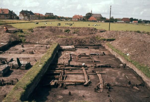 De Stadsfenne opgraving met op de achtergrond een weide (tegenwoordig bebouwd) en daarachter huizen en de kerk van Stavoren. Foto door Gerrit Elzinga, in collectie van NAD.